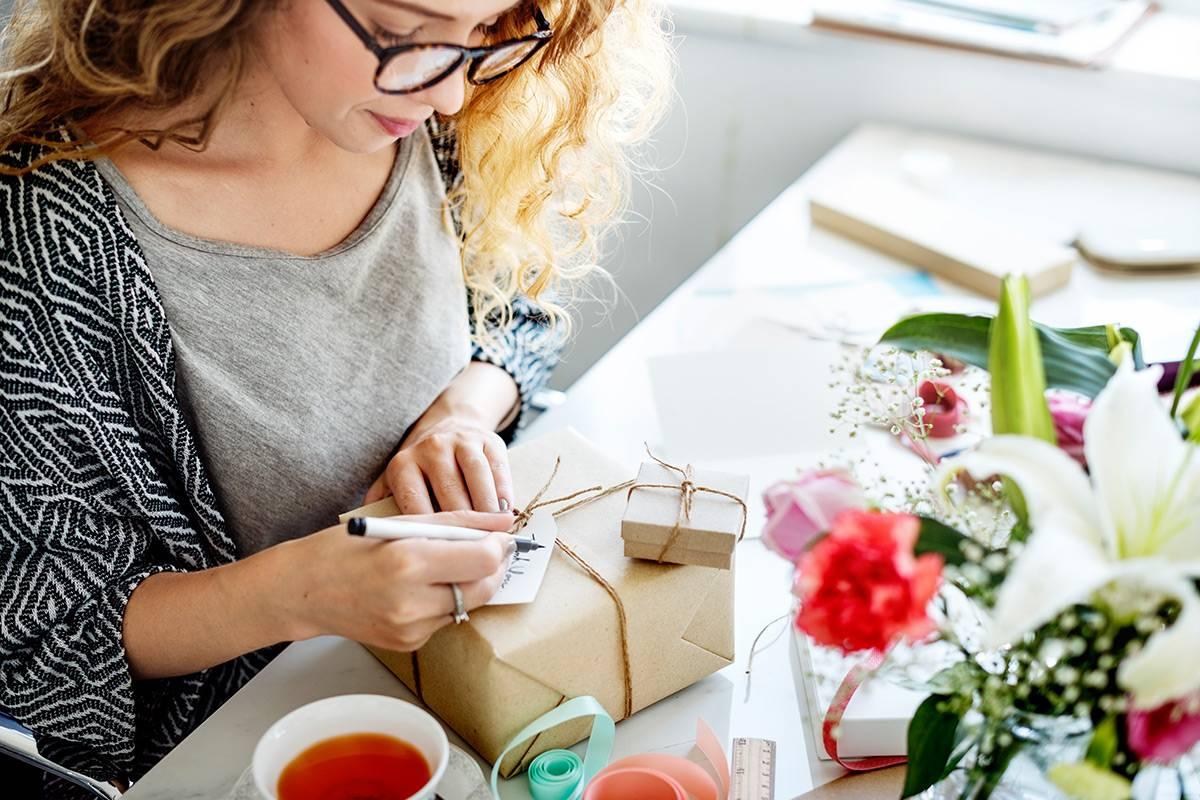 Frau schreibt Karten