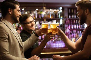 Männer trinken